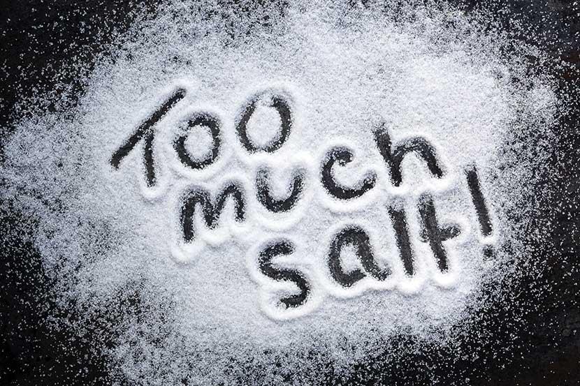 در رژیم غذایی سنگ کلیه مصرف نمک را محدود کنید